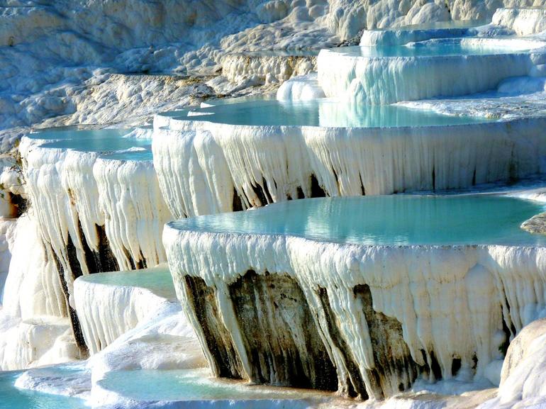 Белоснежные террасы и сталактиты, называемые травертинами.