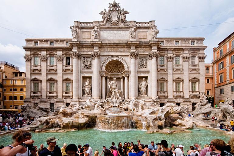 У фонтана собирается большое количество туристов,