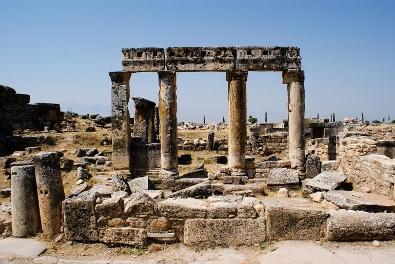 Вход в город открывают Византийские ворота,